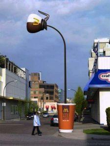 Coffee Mcdonalds Advertisement Optical Illusion 225x300 - JAK ILUZJE OPTYCZNE SĄ WYKORZYSTYWANE WREKLAMIE?